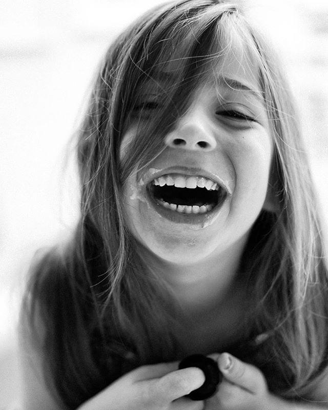 Carcajadas contagiosas con sabor a yogur para acabar un gran finde con amigos! Ya solo nos quedan 3 findes más para estar de vacaciones, y lo estamos deseando todos!! #retratosdefamiliahc . . Contagious yoghurt smiles.... and 3 weekends left till summer break over here, we can't wait!