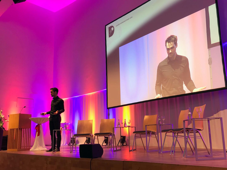 Dr. Simon Sirch zieht die Verbindung zwischen Gefühlen und flow-Erleben bei den 11.  Ulmer Denkanstössen  zum Thema Emotionen | Foto:  Kerstin Kögler