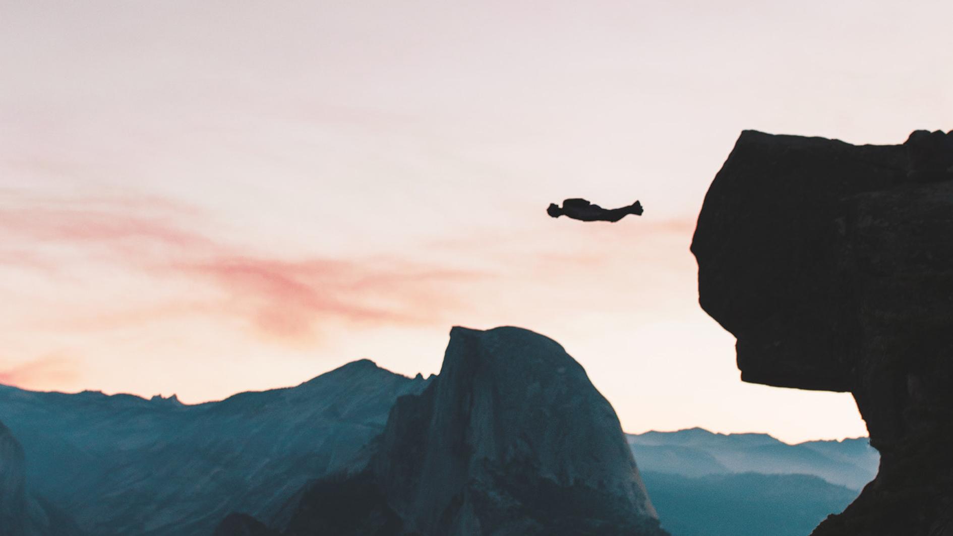 Manche Sensation Seeker finden den Nervenkitzel im Risikosport, z.B. beim Base Jumping.