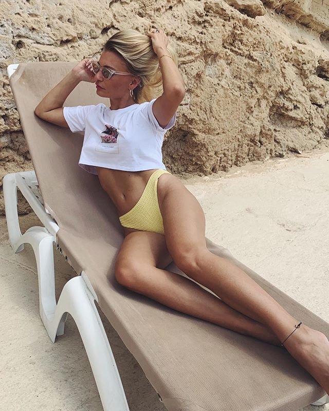 """A day at the beach in your favourite SL cropped top 🌊  Only few ALMA shirts left, we're almost out of stock! Come and visit our new online-store 💛 www.stellalavinia.com  Save 10% using """"WELCOMEABOARD"""" #beach #summer #mallorca #beachlife #vintagestyle #cropped #basic #shirt #fashionlook #ocean #berlin #mood #saltyvibes #tanned #nomakeup #naturalbeauty #stellalavinia #bikini"""