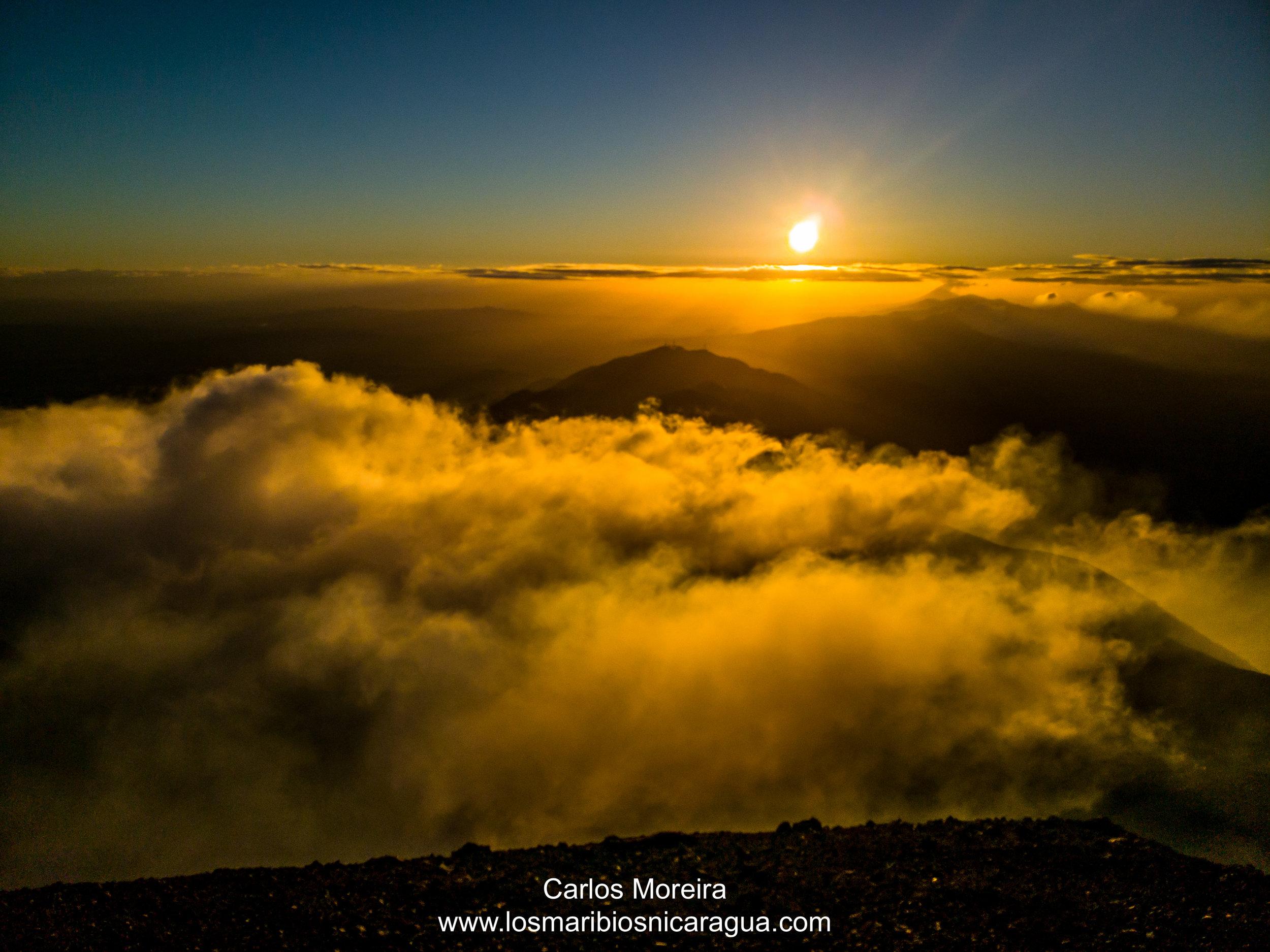 Amanecer desde la cima del Volcan San Cristobal