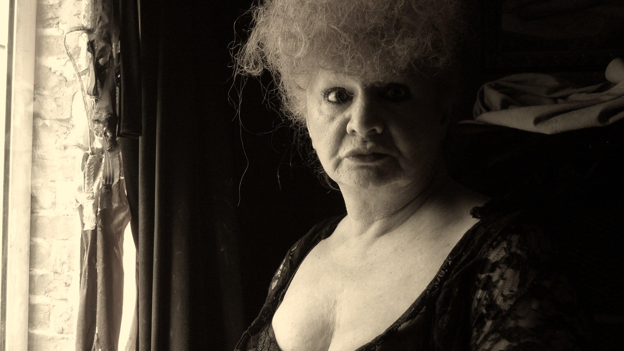 L'ËTRE VENU D'AILLEURS de Renaud De Putter et Guy Bordin, 2013, documentaire, 18'   Printemps 2012. Dédée, prostituée en vitrine à Bruxelles depuis plus de 30 ans, revient – avec humour, intelligence et franchise – sur son histoire de vie peu commune depuis ses débuts précoces, où elle se découvrit la «putasserie dans l'âme », au grand étonnement de ses proches…