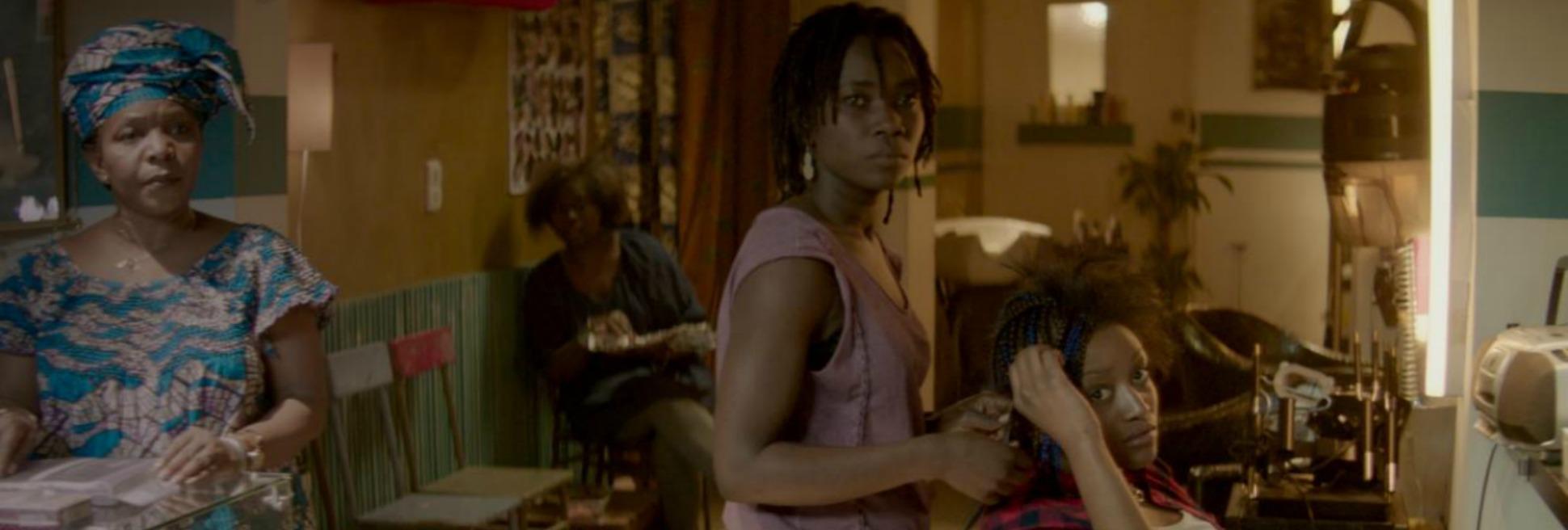 NKOSI COIFFURE de Frédérike Migom, 2015, fiction, 14'   Dans une rue àMatonge, le quartier Congolaise à Bruxelles, Eva tente d'échapper à une dispute avec son petit ami en fuyant dans un salon de coiffure afro. Initialement elle est prise en charge par les femmes dans le salon, qui voient une femme en détresse. Mais quand nous découvrons la raison de la dispute, les opinions se divisent.