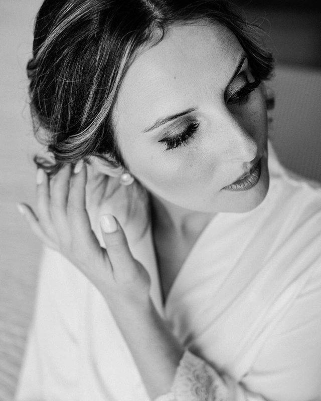 Our sweet bride, S. 💛 . . #wedding #bride #makeup #bridemakeup #weddingday #weddingdayphoto #bridal #fujifilmportugal #fujifilmphotography #fujifilmxseries #bouquet #bridebouquet #flowers #weddingphotography #brideoftheday #weddingphotographyideas #weddingphotographers #photographers #photooftheday #celebrate #happiness #love #blackandwhite