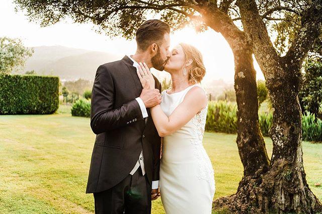 💛 . . #happycoyple #weddingphotoshoot #wedding #portraitphotography #portrait #familygoals #family #couple #photooftheday #weddingday #weddinghair #weddingdress #bride #groom #love #casamento #casaremportugal #happiness #sharelove #fujifilm #party #quintadacorredoura #pronovias