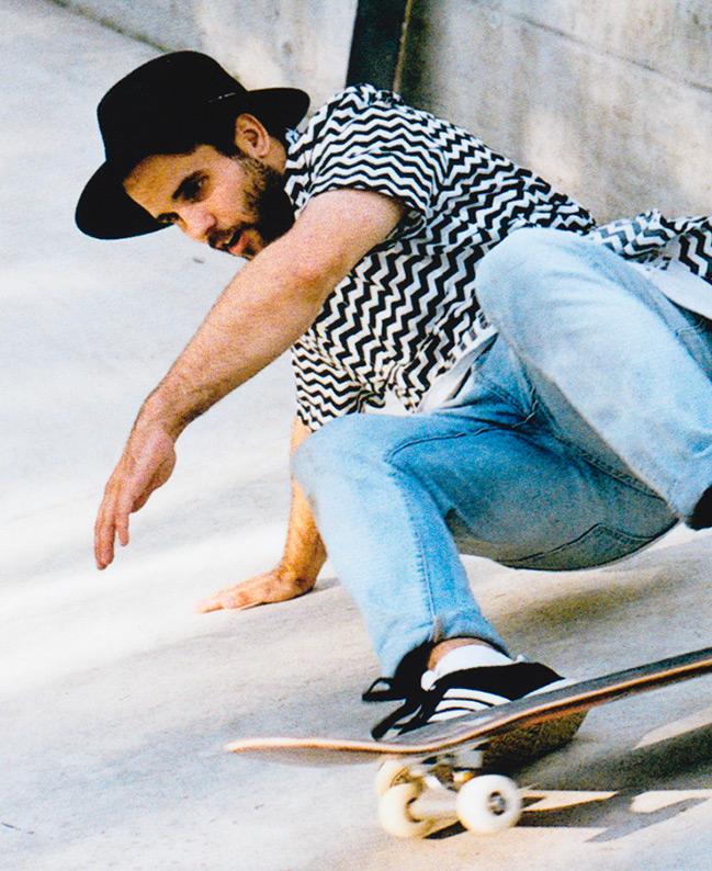 NICOLAJ SCHMID  Nicolaj ist einer der kreativsten in der Easy Crew. Er hat sehr gute Ideen, wenn es z.B um Gestaltungen geht von Plakaten oder Internetseiten. Wenn Nicolaj auf dem Skate-board fährt sieht man, dass das Skate-boarden vom Surfen kommt. Nicolaj skatet mit sehr viel style und verkörpert das Surfen sehr.