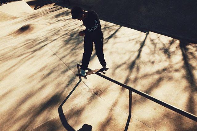 sliding into spring 🌸  #frühling #boardslide #chau #style #handrail #papayano #shadows