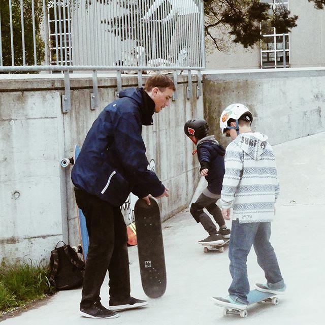 Kaum schaut man mal weg! 😄 Randy hats im Griff. Diesen Samstag geht der erste Kurs zu ende! Es war ein voller Erfolg, wir freuen uns auf den Nächsten, dieser startet am 8. Juni, es hat noch Plätze frei! :) #skatekurse #arbon #seeparksaal #unterricht #kids #erfolg #skateboarding #skateverein