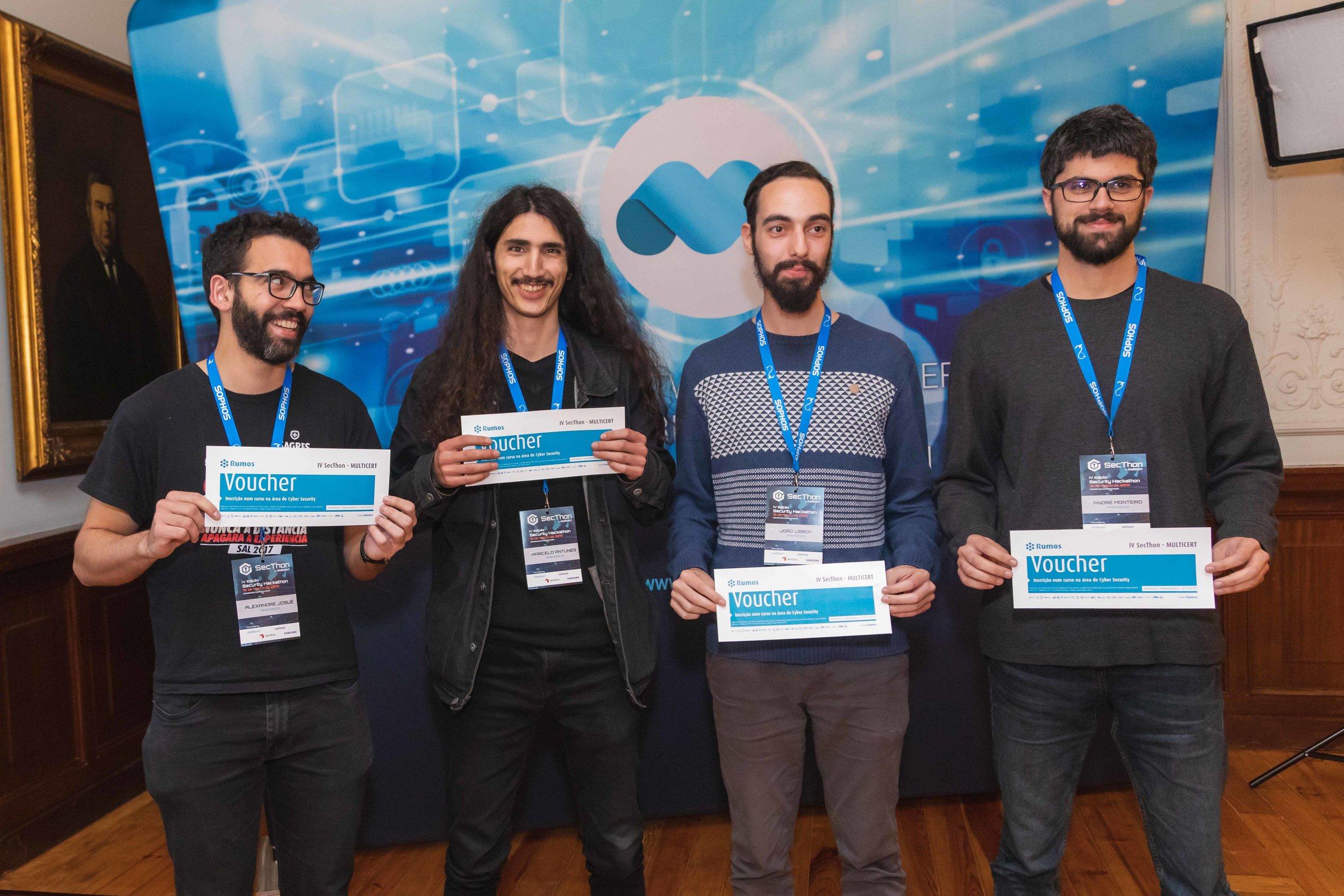 Em primeiro lugar a equipa > Mmemonics   Alexandre Josué, André Monteiro, Tiago Teixeira e João Lisboa   1 curso Rumos por elemento da equipa