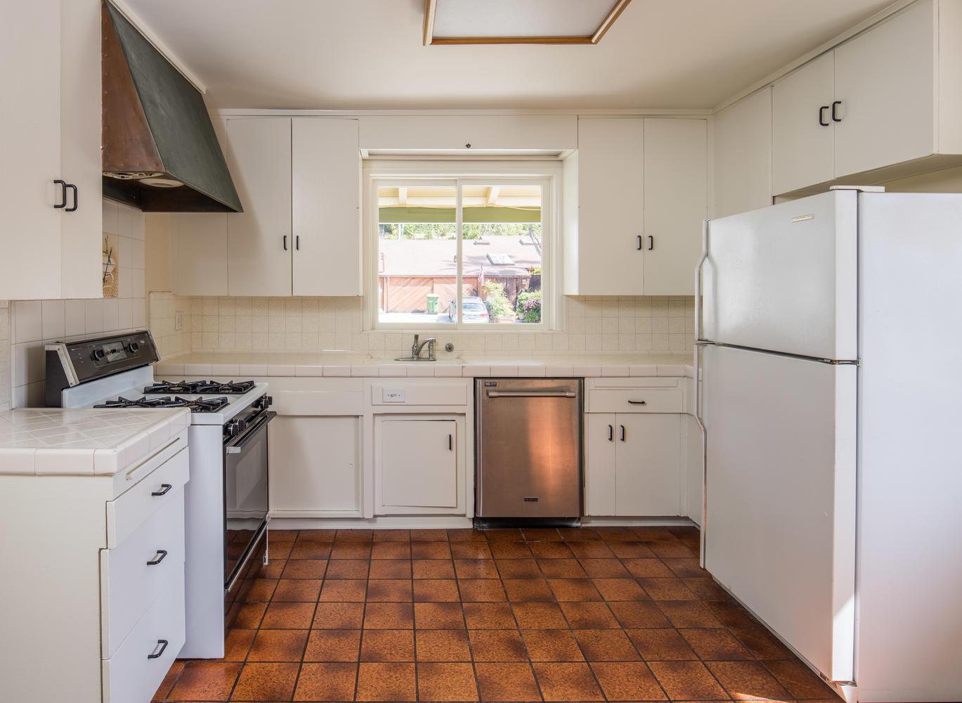 833 Bienveneda Ave Pacific-large-006-1-Kitchen-1370x1000-72dpi.jpg