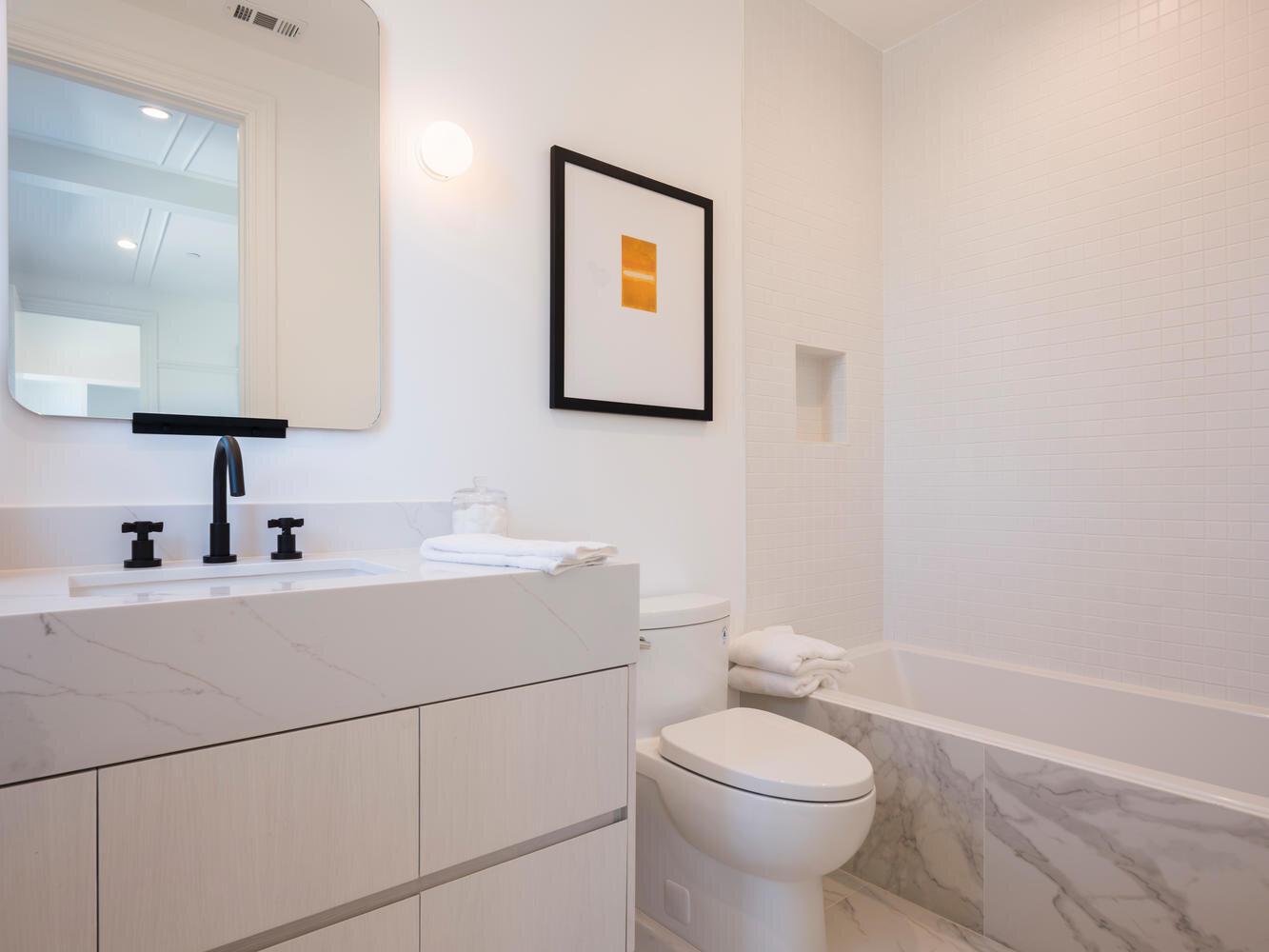 950 Kagawa St Pacific-large-038-019-Bathroom-1334x1000-72dpi.jpg