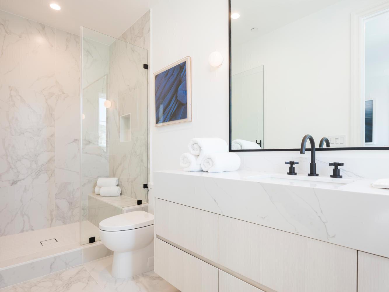 950 Kagawa St Pacific-large-041-037-Bathroom-1334x1000-72dpi.jpg