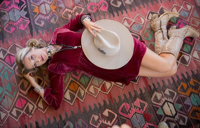 Burgundy goodness.. @maverickwesternwear #impulsephotographymb #westernpleasurefashion #westernpleasurehorse #aqhaproud #western #westernstyle #maverickfinewesternwear #maverickwesternwear