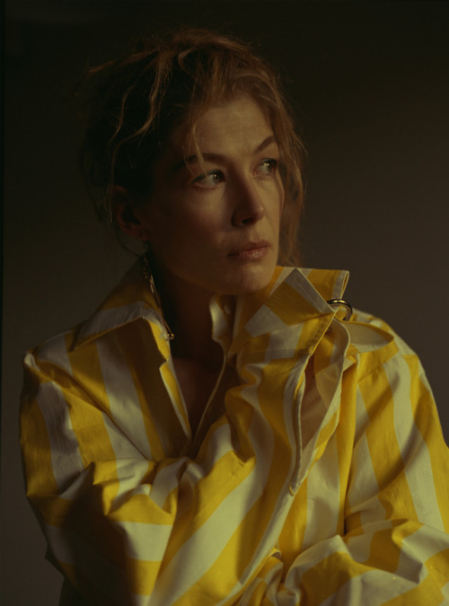 """entertainingtheidea :       Rosamund Pike  has been to star in an untitled project that will tell the story of  Marie Colvin , the American reporter who died while covering the siege of Homs in Syria.  Specializing in the Middle East, Colvin also covered conflicts in Chechnya, Kosovo, Sierra Leone, Zimbabwe, and Sri Lanka. In 1999 in East Timor, she was credited with saving the lives of 1500 women and children from a compound besieged by Indonesian-backed forces. Refusing to abandon them, she stayed with a United Nations force, reporting in her newspaper and on television. She won the International Women's Media Foundation award for Courage in Journalism for her coverage of Kosovo and Chechnya.  Colvin wore an eye-patch after losing the sight in her left eye due to a blast by a Sri Lankan Army rocket-propelled grenade in 2001, while crossing from a LTTE controlled area to a Government controlled area. She was also attacked even after calling out """"journalist, journalist!"""" while reporting on the Sri Lankan Civil War; despite sustaining serious injuries, Colvin, who was fourty-four at the time, managed to write a 3000 word article on time to meet the deadline.  In 2011, while reporting on the Arab Spring in Tunisia, Egypt and Libya, she was offered an opportunity to interview Muammar Gaddafi, along with two other journalists that she could nominate. Colvin noted the importance of shining a light on """" humanity in extremes, pushed to the unendurable """", stating: """" My job is to bear witness. I have never been interested in knowing what make of plane had just bombed a village or whether the artillery that fired at it was 120mm or 155mm .""""     Cartel Land  's Matthew Heineman will direct from a script by  Arash Amel  based on Marie Brenner's Vanity Fair article,  Marie Colvin's Private War  ."""