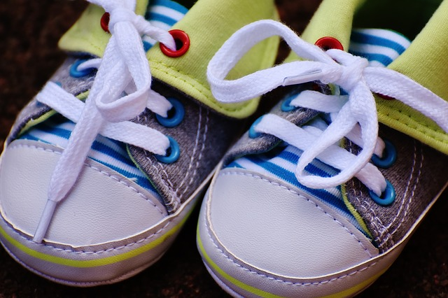 How to Pick Shoes for Babies & Toddlers | Choosing Baby Shoes | #parenting | #toddlers | #babies | #babyshoes | #toddlershoes | www.fortheloveofmom.org