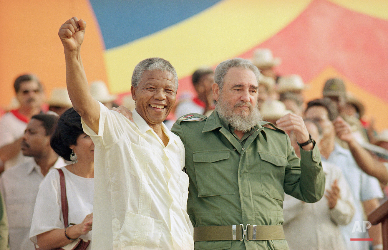 """Cuban President Fidel Castro, right, and African leader Nelson Mandela gesture during the celebration of the """"Day of the Revolution"""" in Matanzas Saturday, July 27, 1991. (AP Photo)"""