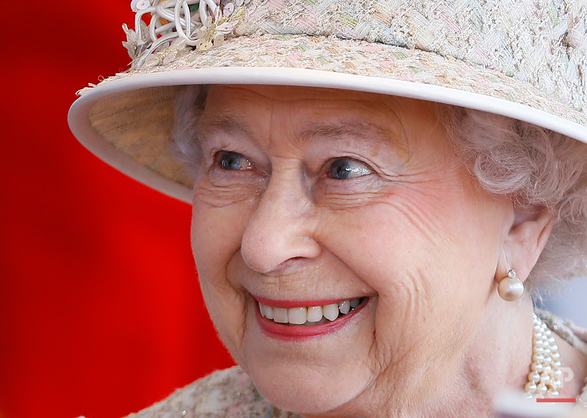 Britain's Queen Elizabeth II smiles as she awaits the arrival of the President of the United Arab Emirates Sheik Khalifa bin Zayed Al Nahyan in Windsor in England, Tuesday, April 30, 2013. (AP Photo/Kirsty Wigglesworth)