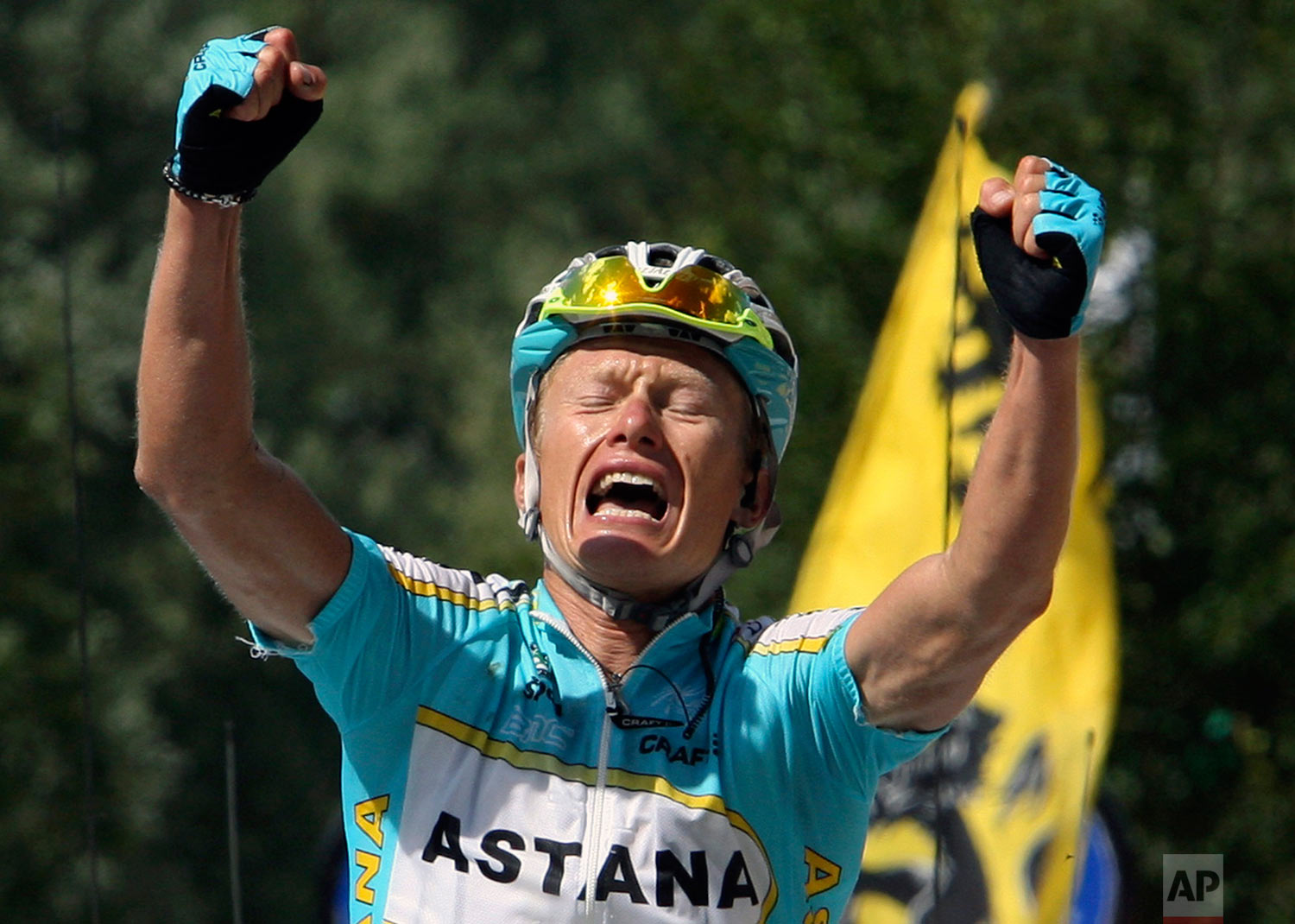 Alexandre Vinokourov of Kazakhstan reacts as he crosses the finish line to win the 15th stage of the 94th Tour de France cycling race between Foix and Loudenvielle le Louron, in the French Pyrenees mountains, Monday, July 23, 2007. (AP Photo)