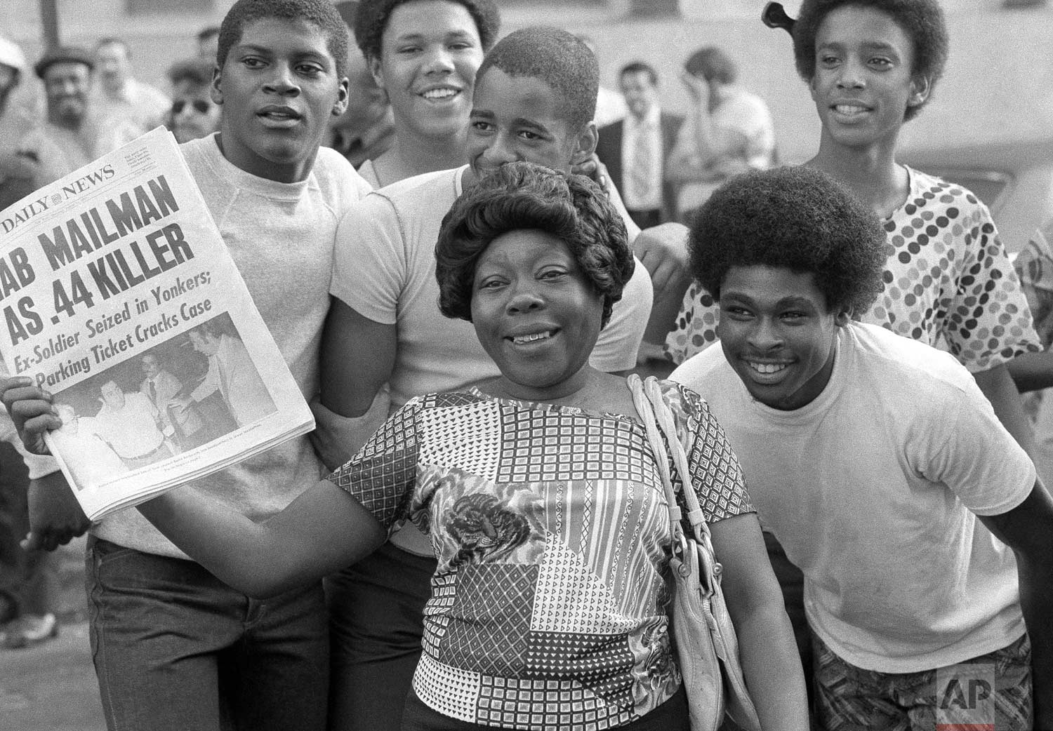 "People read about the ""Son of Sam"" arrest, Thursday, Aug. 11, 1977. (AP Photo/Ira Schwarz)"