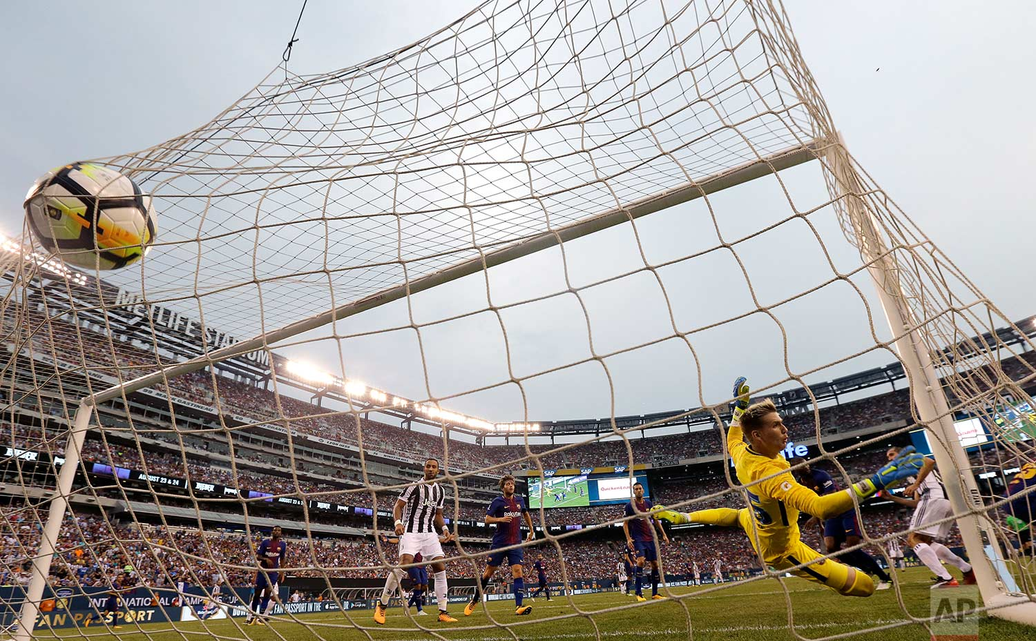 A header by Juventus Giorgio Chiellini enters the net of Barcelona goalkeeper Adrian Ortola, right, for a goal during the second half of an International Champions Cup soccer match, Saturday, July 22, 2017, at MetLife Stadium in East Rutherford, N.J. (AP Photo/Julio Cortez)