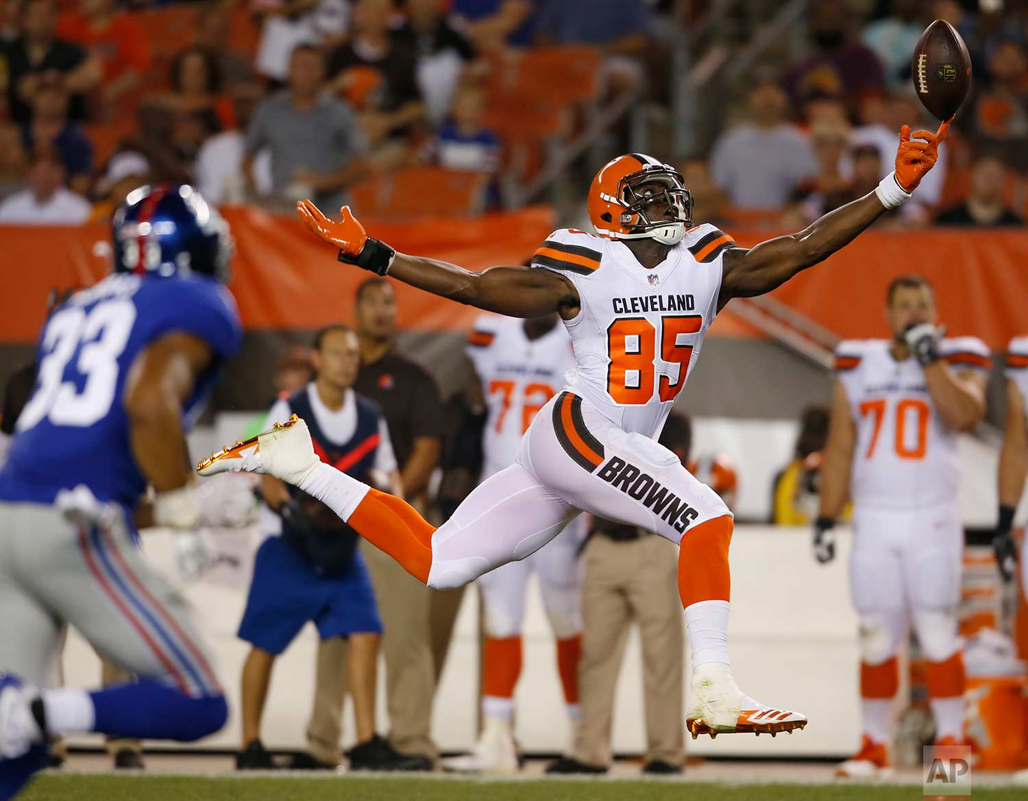 Cleveland Browns tight end David Njoku (85) reaches but can't get to the ball in the second half of an NFL preseason football game against the New York Giants, Monday, Aug. 21, 2017, in Cleveland. (AP Photo/Ron Schwane)