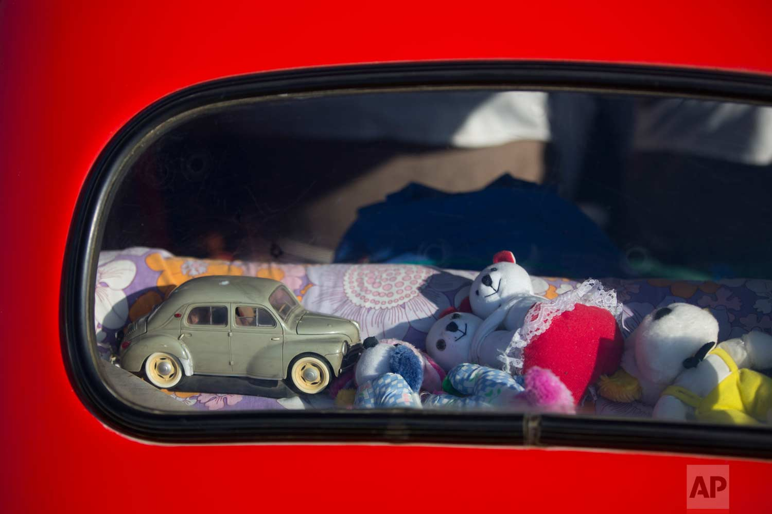"Toys placed in the back of an antique car during the 31st annual ""Five Club"" car collectors' meeting in Ramat Gan, Israel, Friday, Oct. 6, 2017. (AP Photo/Oded Balilty)"