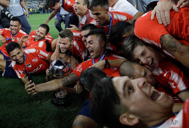 Argentina's Independiente celebrates winning the Copa Sudamericana championship title after tying 1-1 with Brazil's Flamengo at Maracana stadium in Rio de Janeiro, Brazil, Wednesday, Dec. 13, 2017. (AP Photo/Leo Correa)