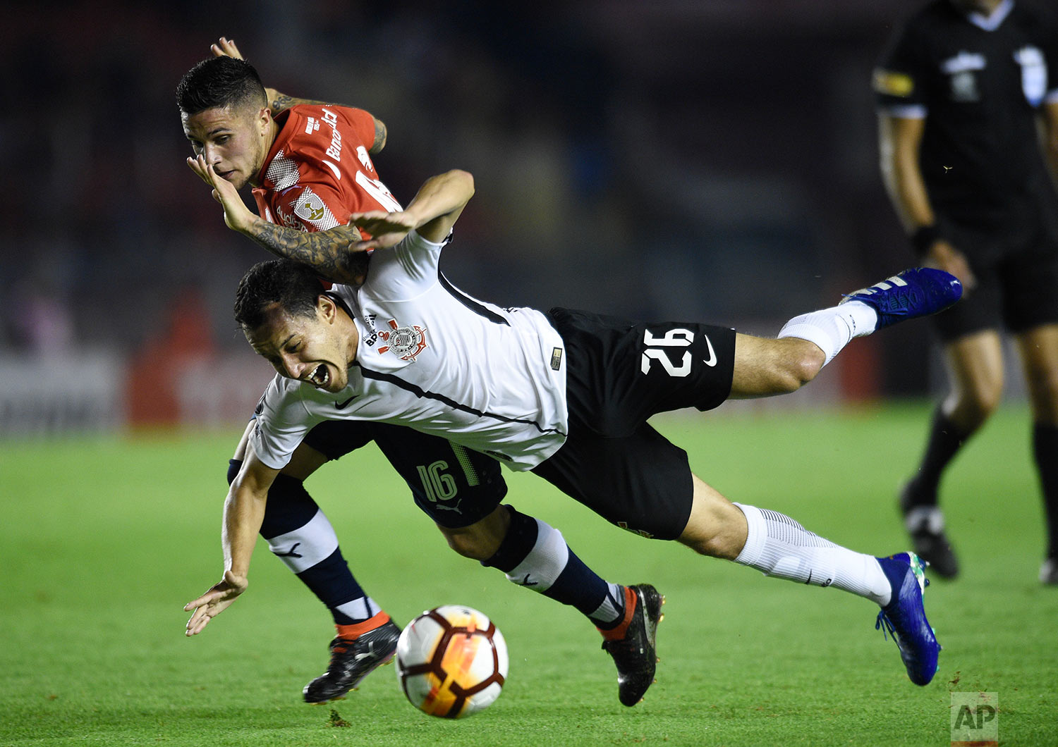 Rodriguinho of Brazil's Corinthians, front, fights for the ball with Fabricio Bustos of Argentina's Independiente, during a Copa Libertadores soccer match in Buenos Aires, Argentina, Wednesday, April 18, 2018. (AP Photo/Gustavo Garello)