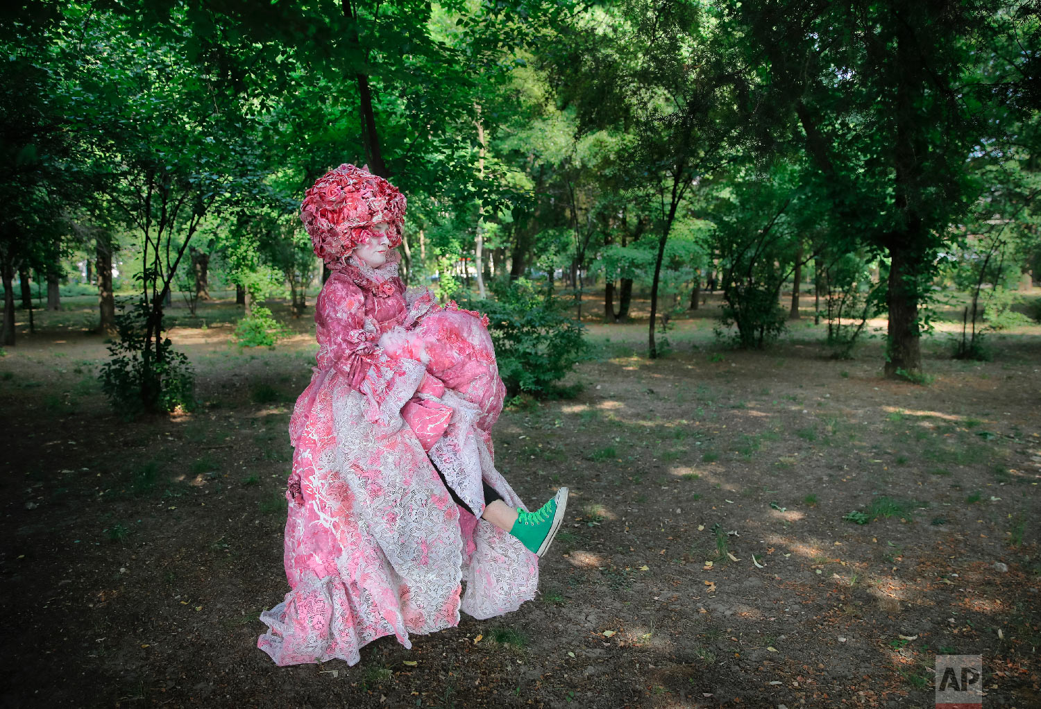 Tania Met, of Spain's Gardener's theatre rehearses her moves for the Rosita character during the Living Statues International Festival, in Bucharest, Romania on May 27, 2018 (AP Photo/Vadim Ghirda)