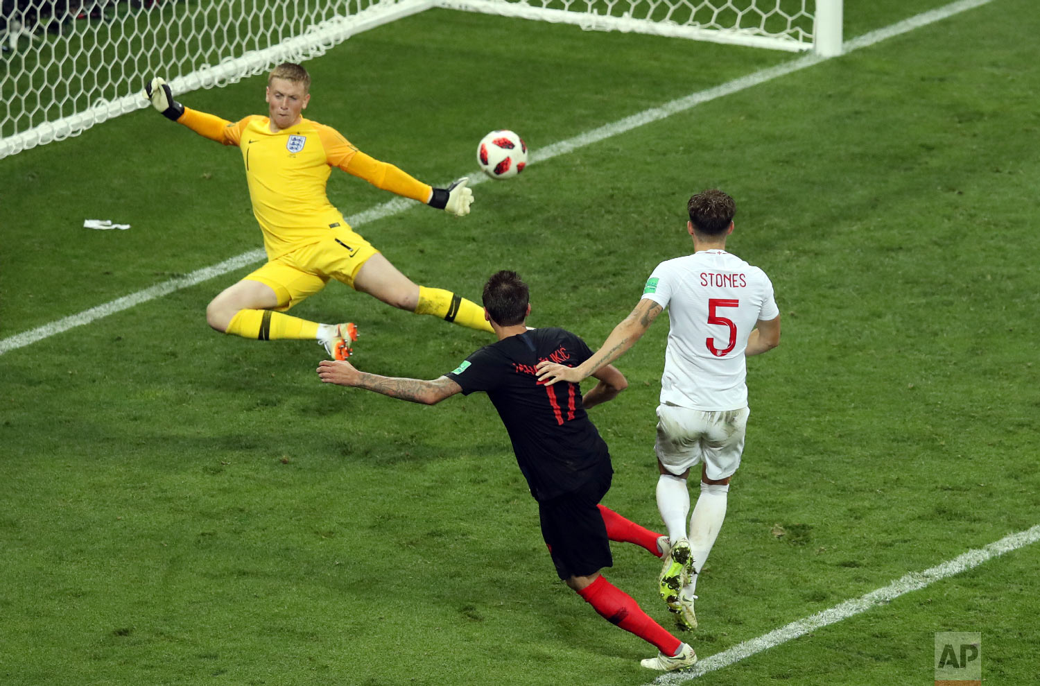 Croatia's Mario Mandzukic, 2nd right, scores his side's second goal during the semifinal match between Croatia and England at the 2018 soccer World Cup in the Luzhniki Stadium in Moscow, Russia, Wednesday, July 11, 2018. (AP Photo/Thanassis Stavrakis)