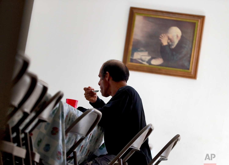 "A Central American man eats breakfast at the Asociacion Casa Del Migrante ""La Divina Providencia"" group house Thursday, July 19, 2018 in San Luis, Sonora, Mexico. (AP Photo/Matt York)"