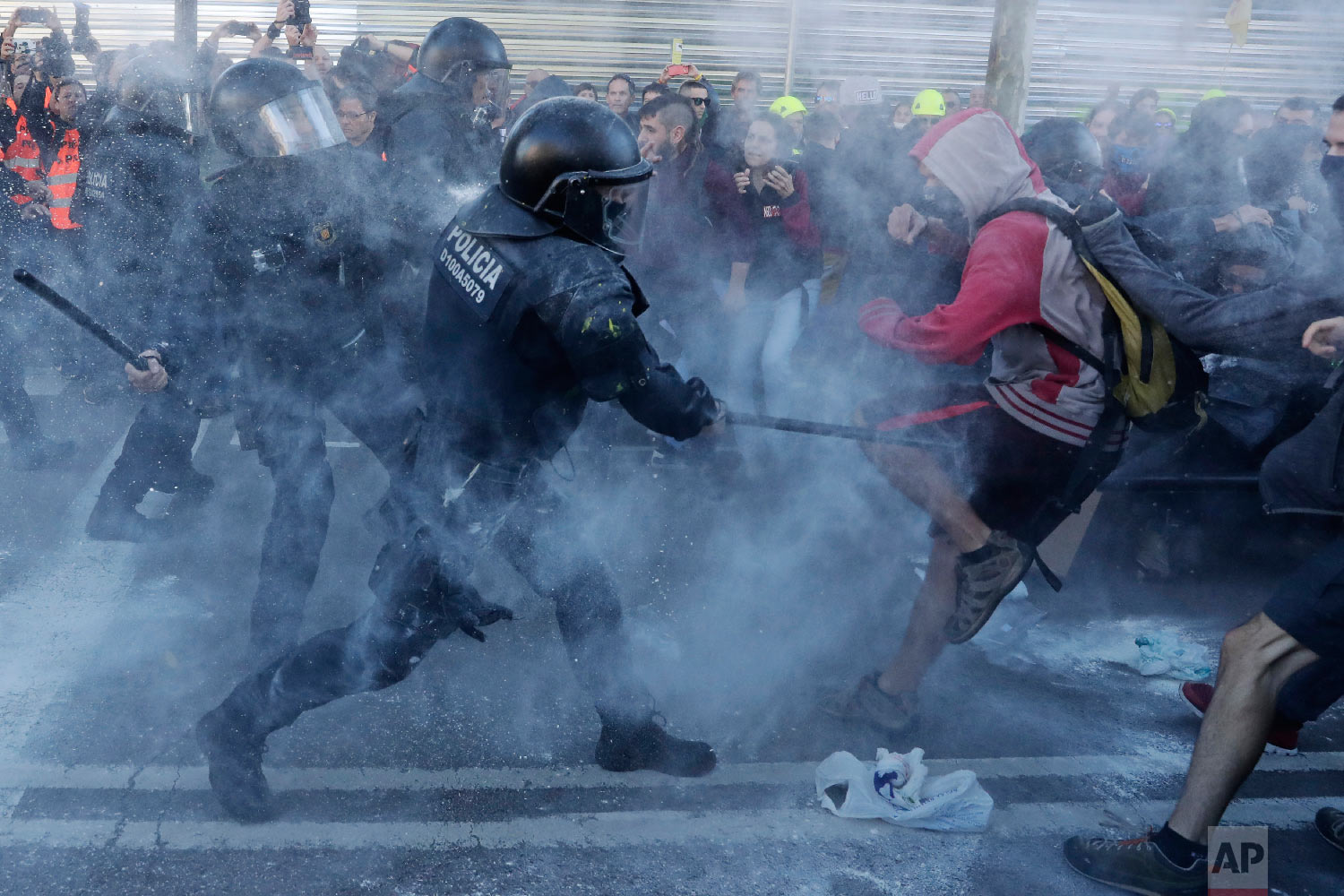 Police charge against protesters during a demonstration by Committees for the Defense of the Republic in Barcelona, Spain, on Nov. 10, 2018. The grassroots group organizes protests in Catalonia to press for their demand for independence. (AP Photo/Manu Fernandez)