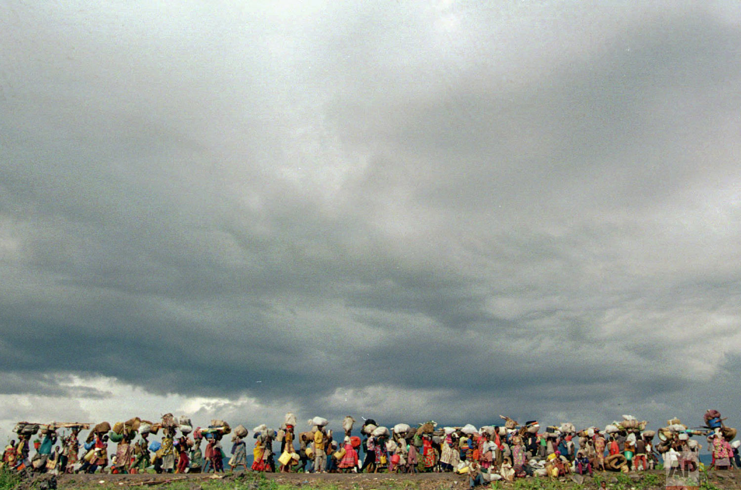 Refugees stream out of the Mugunga refugee camp in eastern Zaire, Nov. 15, 1996, towards the Rwandan border. (AP Photo/Enric Marti)