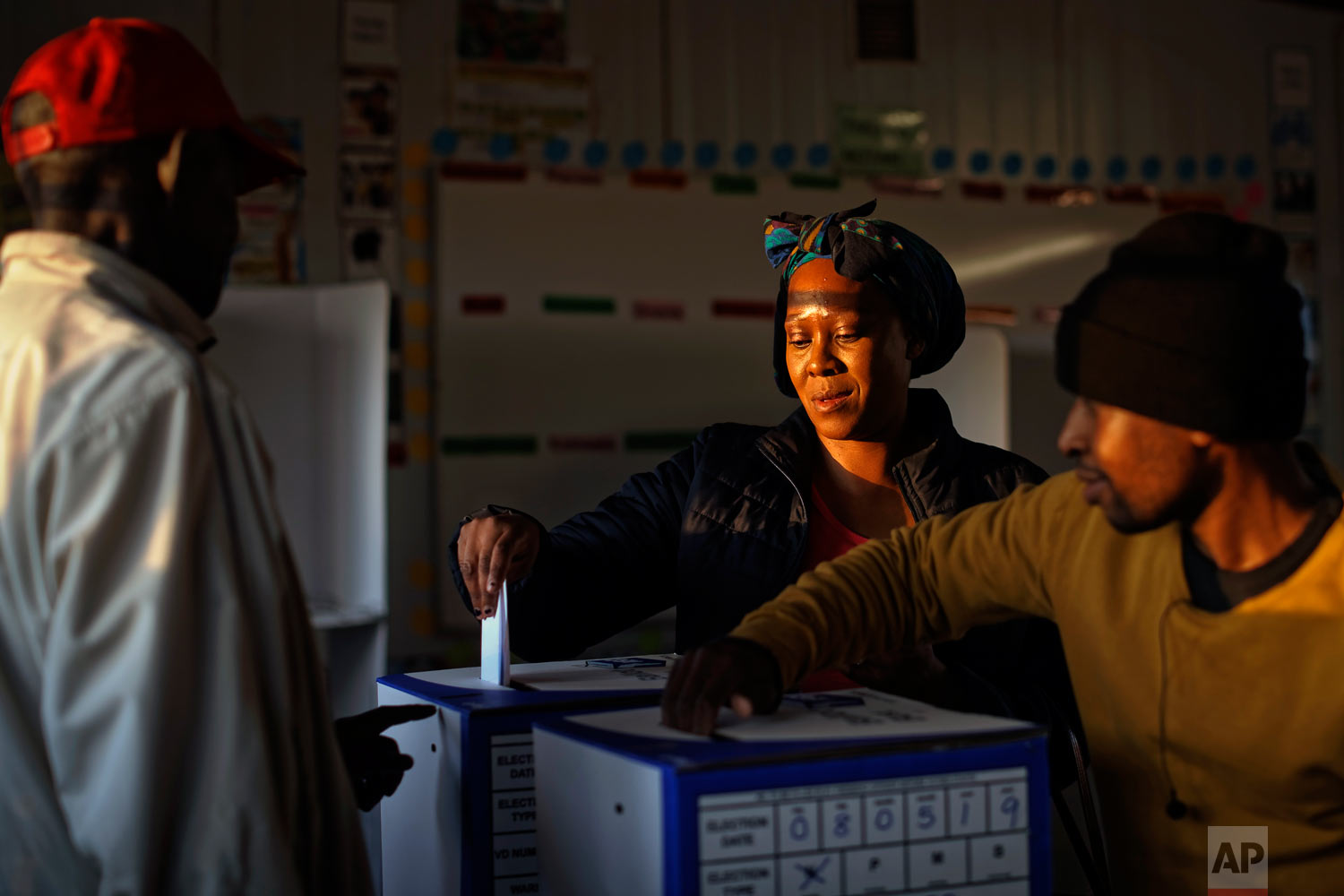 A South African woman casts her vote at the end of the day at a polling station in Dobsonville, Johannesburg, South Africa, May 8, 2019. (AP Photo/Ben Curtis)