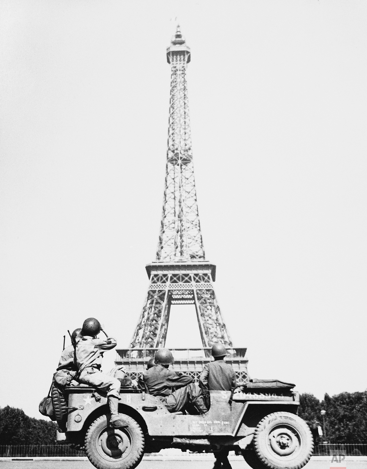 American soldiers who took part in the liberation of Paris halt their jeep to look at the Eiffel Tower on August 25, 1944, from which the Tricolor flies again. (AP Photo/John Downey)
