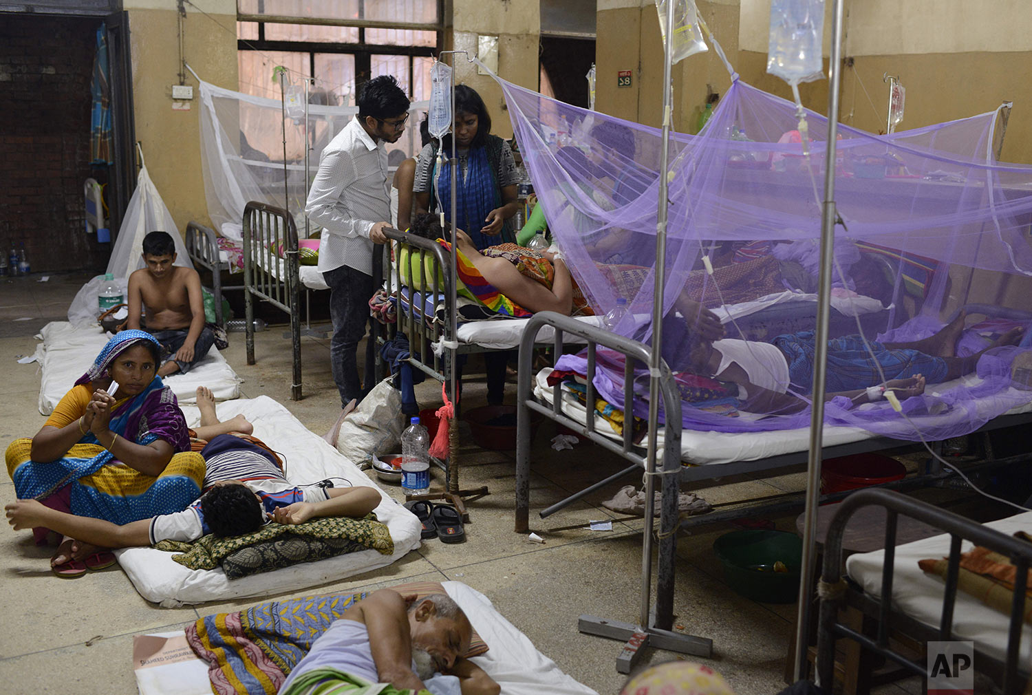 Patients receive treatment for dengue at Shaheed Suhrawardy Medical College and Hospital in Dhaka, Bangladesh, Wednesday, July 31, 2019. (AP Photo/Mahmud Hossain Opu)