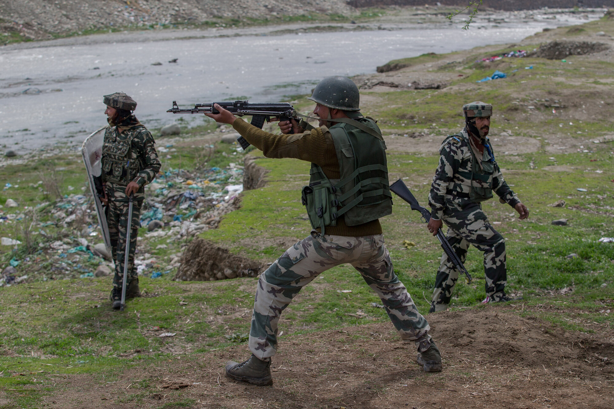 Indian paramilitary soldiers fires live ammunition at Kashmiri protester near the site of gun battle in Chadoora town, about 25 kilometers (15 miles) south of Srinagar, Indian controlled Kashmir, March 28, 2017. (AP Photo/Dar Yasin)