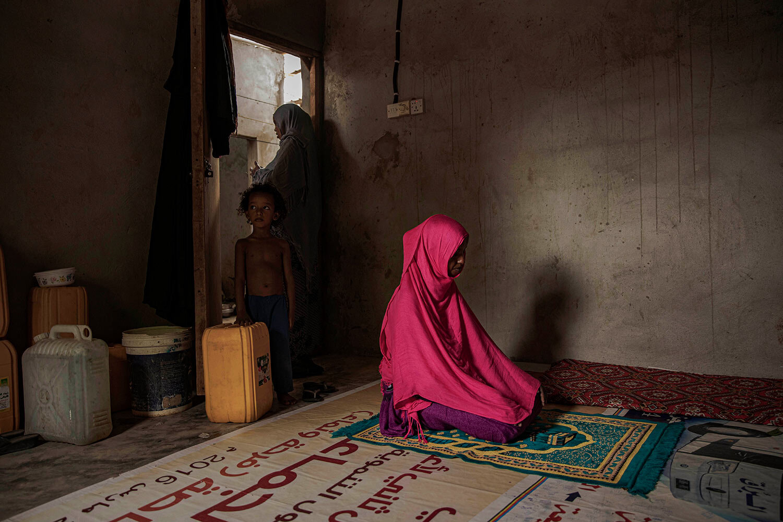 مهاجر إثيوبي يبلغ من العمر 17 عامًا ، وهو ضحية للاغتصاب ، يصلي في البساتين ، وهي مقاطعة عدن ، اليمن.  وتقول إنها تعرضت للاغتصاب مرات أكثر مما يمكن أن يعول عليها.  (AP Photo / ناريمان المفتي)