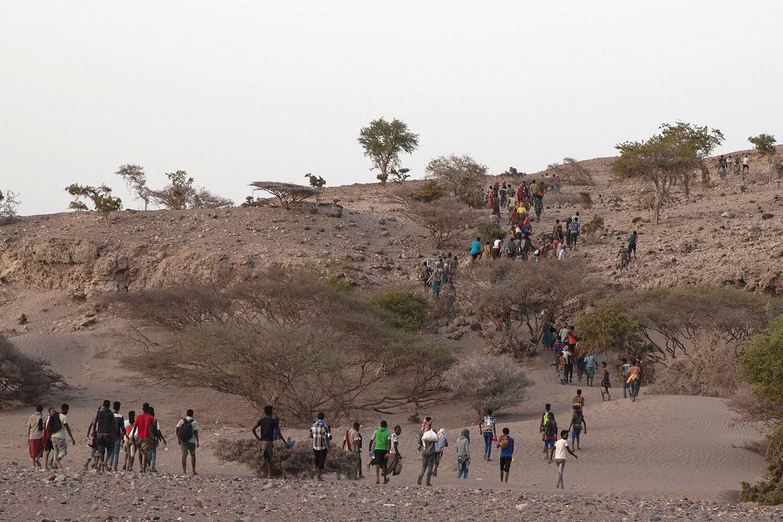 يقود المهربون الإثيوبيون مهربًا إلى نقطة النزول على الساحل غير المأهول خارج مدينة أوبوك ، جيبوتي ، على الشاطئ الأقرب إلى اليمن.  (AP Photo / ناريمان المفتي)