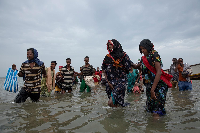 مهاجرون إثيوبيون ينزلون من قارب على شواطئ رأس العارة ، لحج ، اليمن.  (AP Photo / ناريمان المفتي)