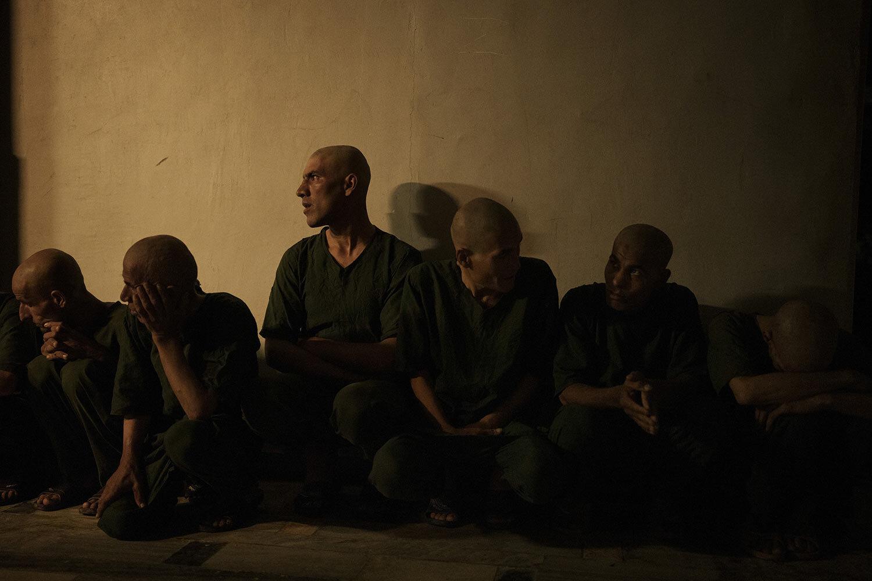 Uživatelé drog zadržení během náletu Talibanu čekají na lékařskou prohlídku v detoxikačním oddělení lékařské nemocnice Avicenna pro protidrogovou léčbu v Kábulu v Afghánistánu v sobotu 2. října 2021. (AP Photo/Felipe Dana)