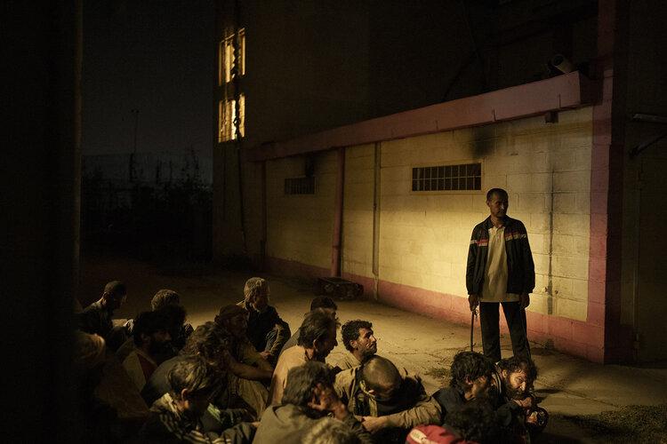 Uživatelé drog zadržení během náletu Talibanu čekají na převoz do lékařské nemocnice Avicenna pro protidrogovou léčbu poté, co byli zadrženi v Kábulu v Afghánistánu, pátek 1. října 2021. (AP Photo/Felipe Dana)