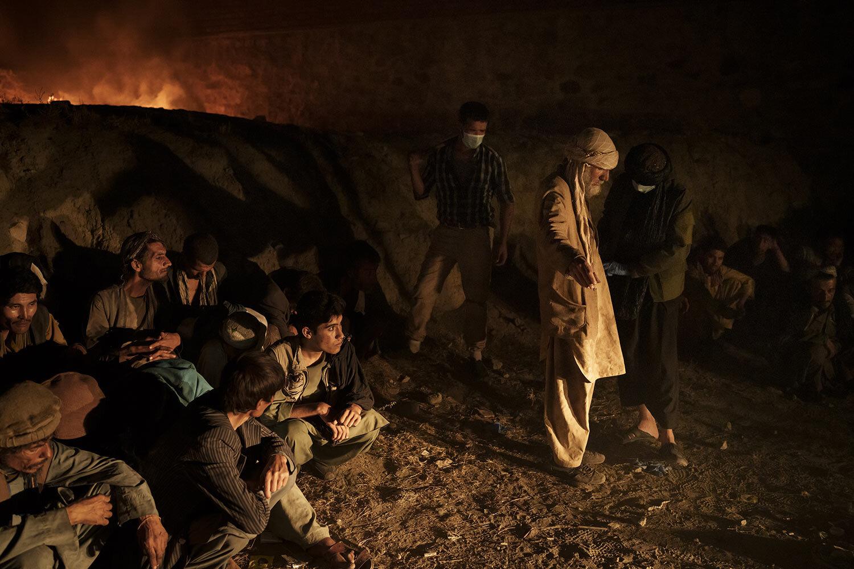 Uživatelé drog zadržení během náletu Talibanu čekají na kontrolu na policejní stanici a poté jsou převezeni do avicenské lékařské nemocnice pro léčbu drog v Kábulu v Afghánistánu, pátek 1. října 2021. (AP Photo/Felipe Dana)