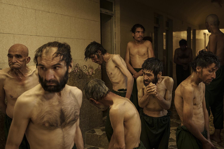 Uživatelé drog zadržení během náletu Talibanu čekají na oholení po příjezdu do lékařské nemocnice Avicenna pro protidrogovou léčbu v Kábulu v Afghánistánu, pátek 1. října 2021. (AP Photo/Felipe Dana)