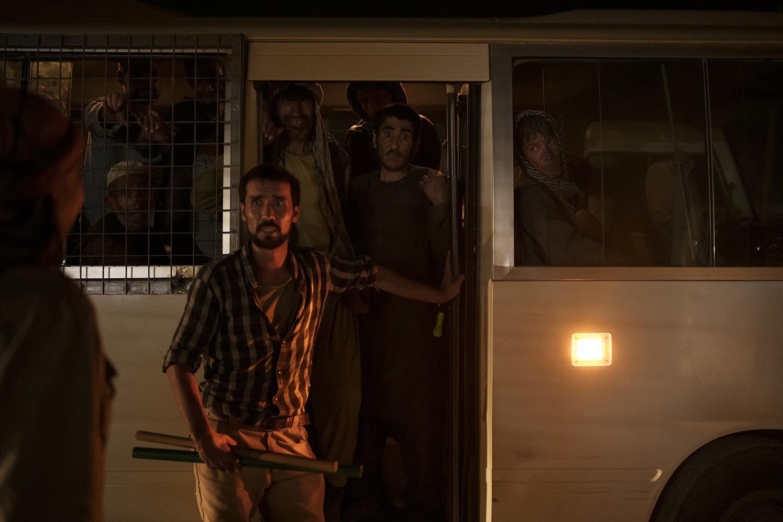 Uživatelé drog zadržení během náletu Talibanu čekají v autobusu, když jsou převezeni do avicenské lékařské nemocnice pro protidrogovou léčbu v Kábulu v Afghánistánu, pátek 1. října 2021. (AP Photo/Felipe Dana)