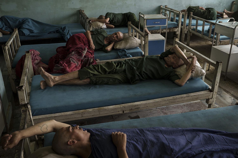 Uživatelé drog zadržení během zátahu Talibanu na odpočinkovém oddělení lékařské nemocnice Avicenna pro léčbu drog v Kábulu v Afghánistánu, pondělí 4. října 2021. (AP Photo/Felipe Dana)