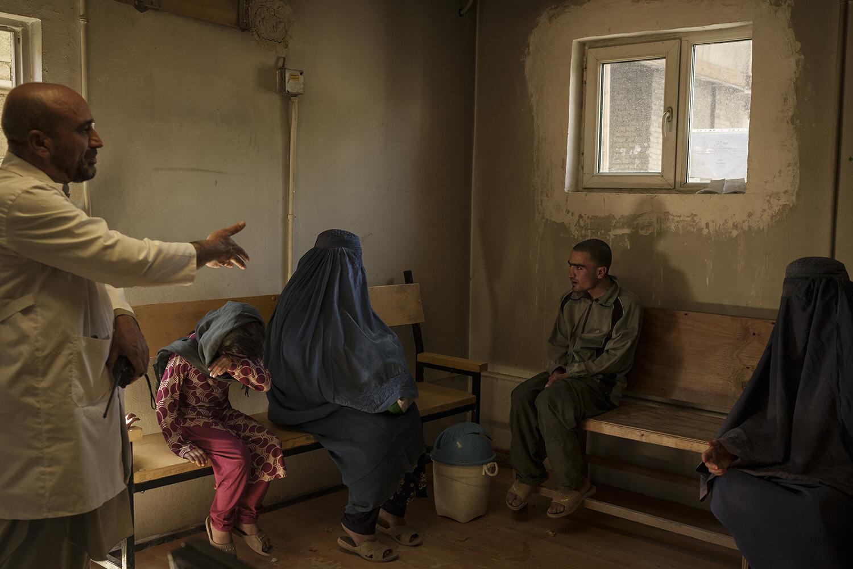 Dr. Wahedullah Koshan, vlevo, gestikuloval, když hovořil se střediskem Sitara poté, co se znovu sešla se svým 21letým synem, který byl během náletu Talibanu v Kábulu v Afghánistánu, pondělí, říjen, převezen do lékařské nemocnice Avicenna pro protidrogovou léčbu . 4, 2021. (AP Photo/Felipe Dana)