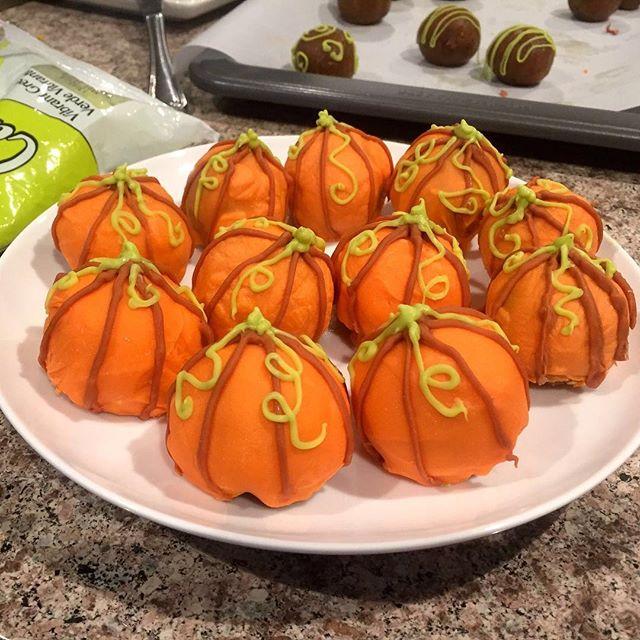 Pumpkin Cake Pops. . . . . . #liveauthentic #foodbeast #eeeeeats #eatfamous #feedfeed #dailyfoodfeed #onthetable #lifeandthyme #f52grams #tastingtable #huffposttaste #heresmyfood #buzzfeast #eattheworld #eater #rslove #foodandwine #foodblogfeed #beautifulcuisines #tastemade #fall #pumpkin #cakepops #cake #yummy #tasty #dessert #baking #letsbakestuff #foodporn
