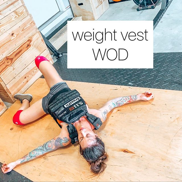 💪🏼Weight Vest Wednesday💪🏼  Not really a thing, but today it's gonna be.   If you don't have a weight vest, do this workout anyway! It's still pretty painful by itself 😈  Not much to it- all in all you'll do 100 jumping lunges, 100 jump squats, and 100 push ups. As always, it's about intensity 💥  📌 One thing to note: the only reason I switch up the variation of push ups is because I want you to change up your arm position. I usually do triceps-focused push ups, whereas hand-release push ups require me to have a wider, elbows-out arm position. You're more than welcome to switch up your push ups in a different way; maybe the first 5 rounds you do regular push ups and the last 5 rounds you do diamond push ups. Your choice!  Save this post and swipe through for workout demos and description ➡️   Did you do this workout? Let me know! 😎🙌🏼💪🏼