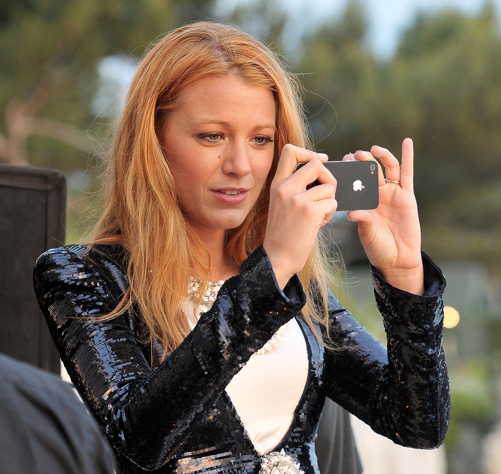 Blake-Lively-captured-view-her-iPhone-when-she-Cap.jpg